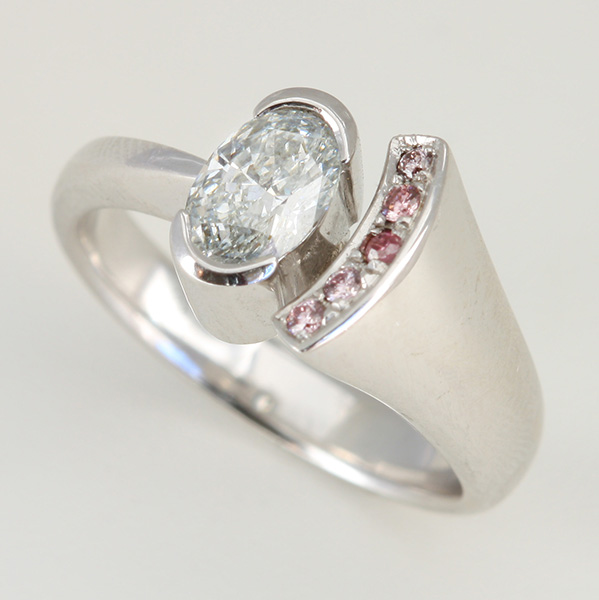 18K WHITE GOLD, WHITE AND PINK DIAMOND RING