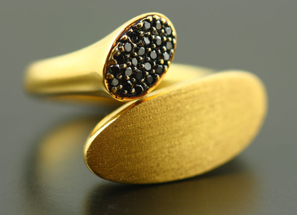 18K YELLOW GOLD AND BLACK DIAMOND RING