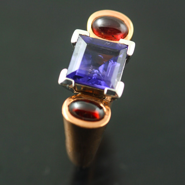 9K ROSE AND WHITE GOLD, IOLITE AND GARNET RING
