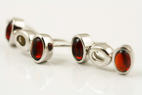 9K WHITE GOLD AND GARNET EARRINGS
