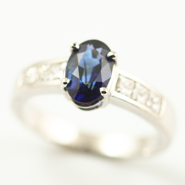 18K WHITE GOLD, SAPPHIRE AND DIAMOND RING