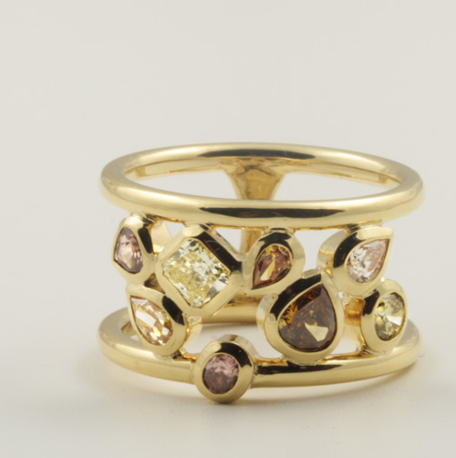 18K YELLOW GOLD, COLOURED DIAMOND RING