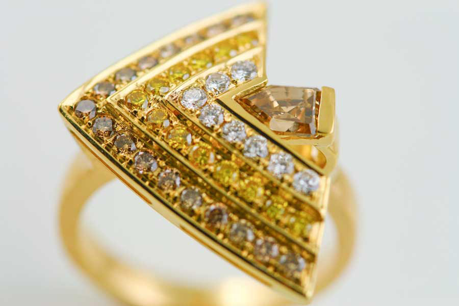 18K YELLOW GOLD, WHITE, YELLOW AND CHAMPAGNE DIAMOND RING