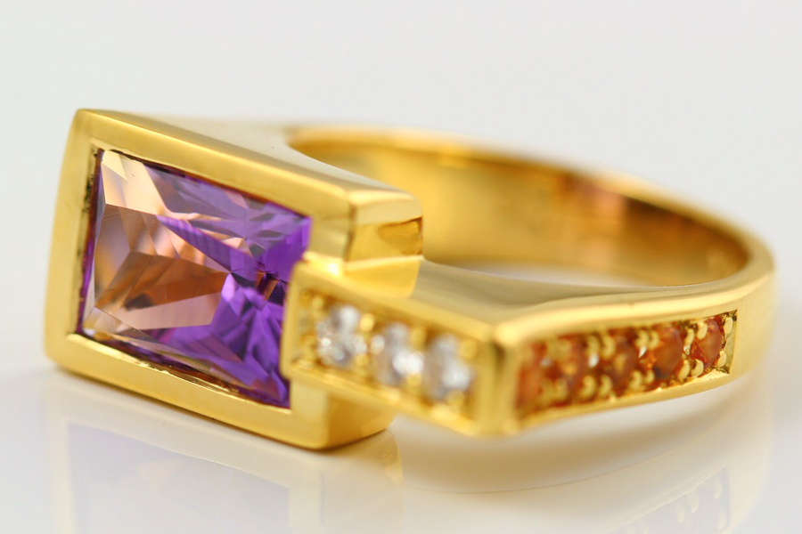 18K YELLOW GOLD, AMETHYST, YELLOW SAPPHIRES AND DIAMOND RING