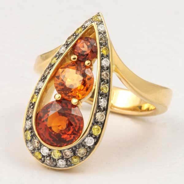18K YELLOW GOLD, SPESSARTITE GARNETS AND DIAMONDS RING