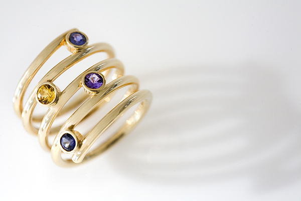 18K YELLOW GOLD AND COLOURED SAPPHIRES RING